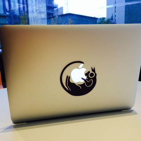 Cat Eats Apple - Macbook用ステッカー