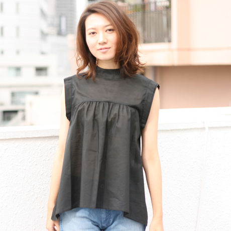high‐necked gather blouse